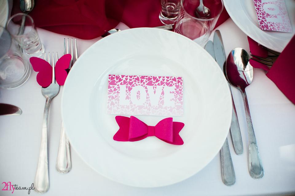 dekoracja stołu weselnego amarantowa kokarda motylek love